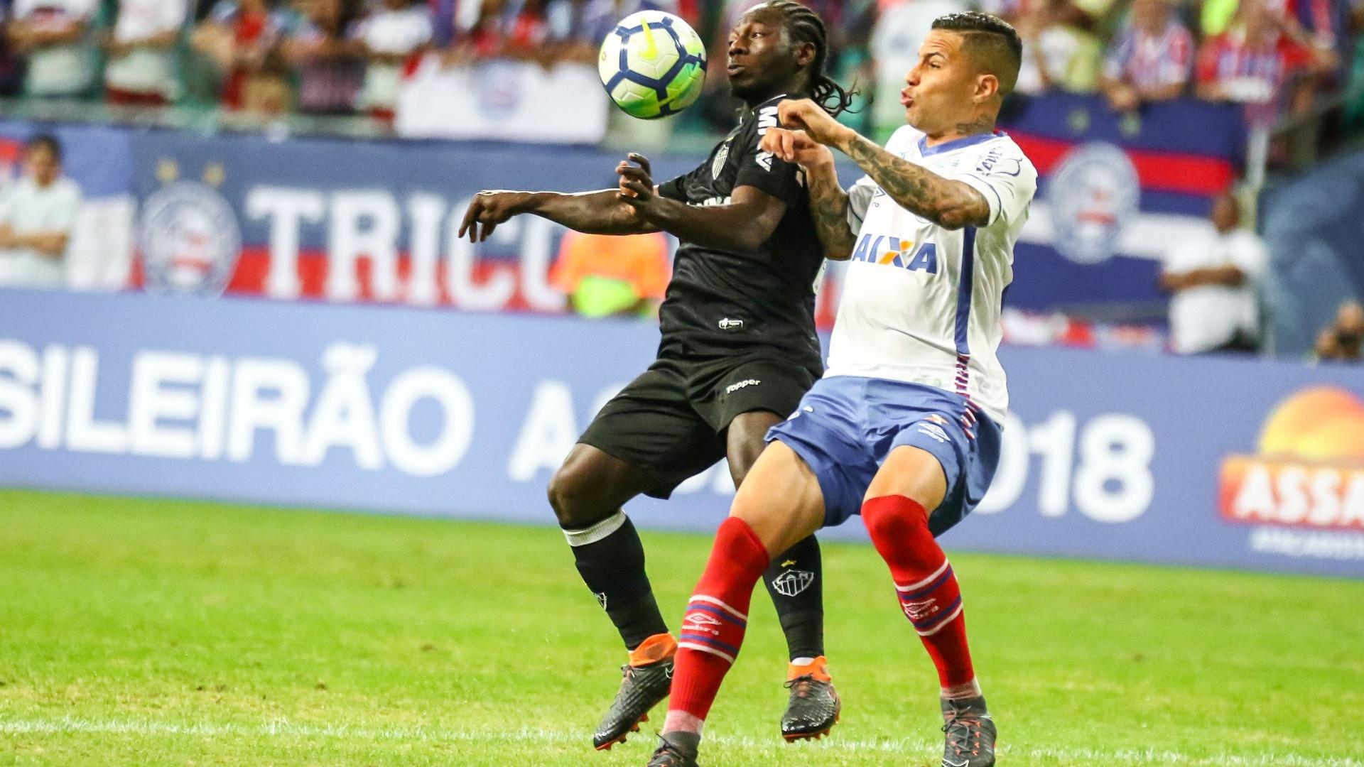 Chará domina a bola em lance da partida entre Bahia e Atlético-MG