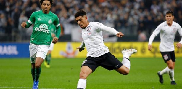Tentando se adaptar a Douglas, Corinthians vê Maycon brilhar na Champions