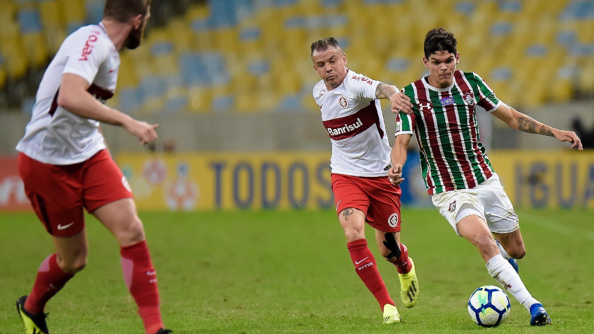 Ayrton Lucas e D'Alessandro disputam a bola no jogo entre Fluminense e Internacional