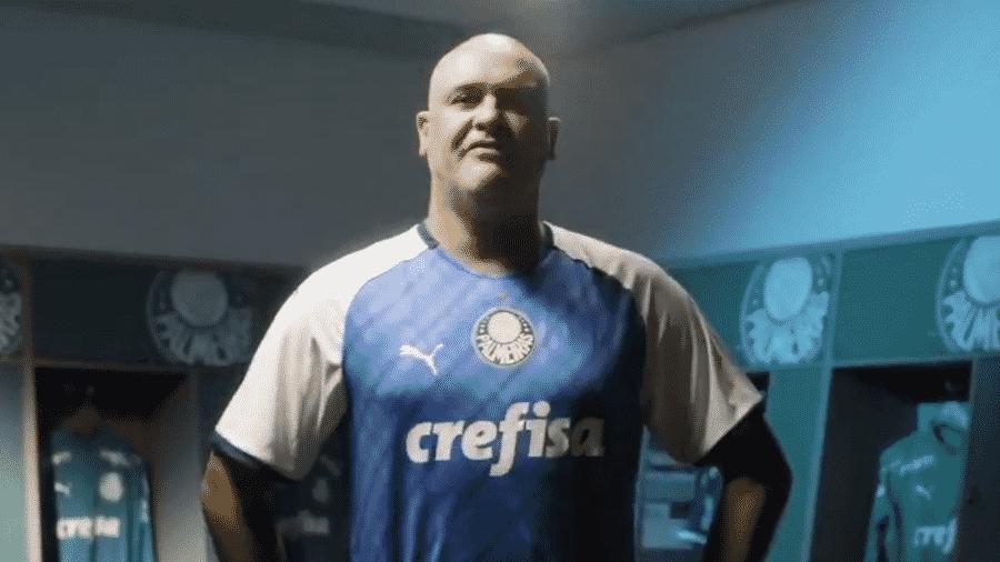 Ex-goleiro Marcos posa com a nova camisa do clube paulista  - Reprodução