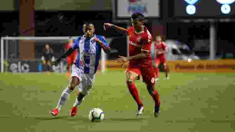 Guilherme Parede disputa bola durante Internacional x Parede - Thiago Gomes/AGIF - Thiago Gomes/AGIF