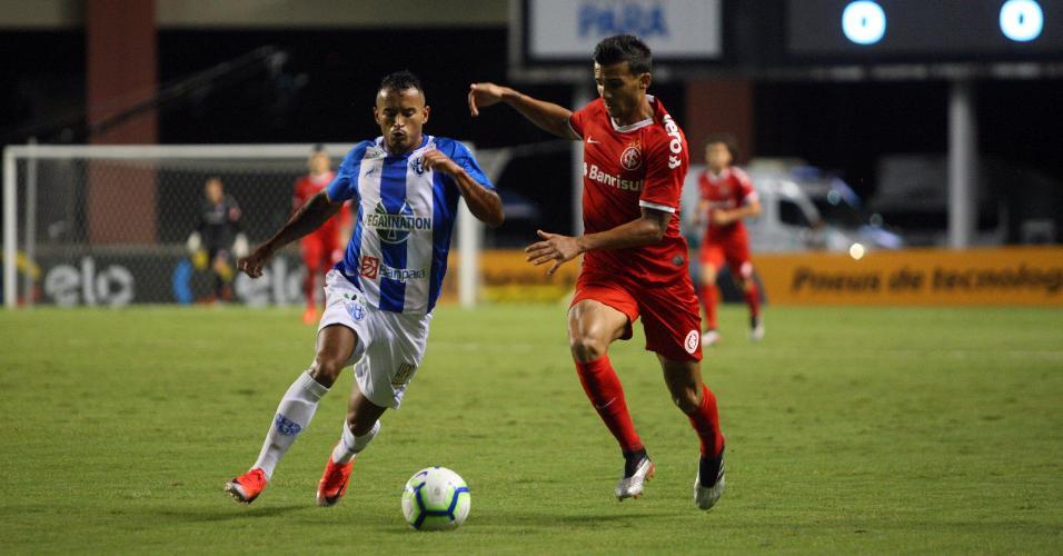 Guilherme Parede disputa bola durante Internacional x Parede