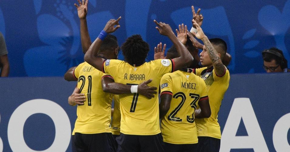 Equador comemora o gol de Enner Valencia contra o Chile pela Copa América