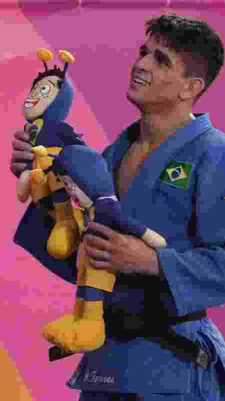 Renan Torres, campeão dos 60kg do judô, comemora com duas pelúcias dos Chapolins - REUTERS/Guadalupe Pardo