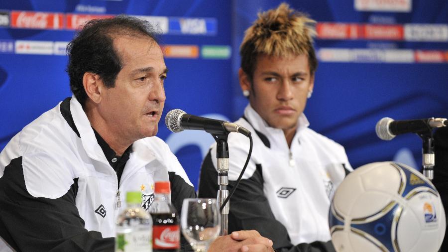 Muricy Ramalho e Neymar concedem entrevista no Japão em dezembro de 2011 - KAZUHIRO NOGI/AFP