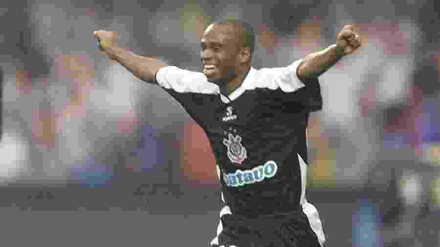 Edílson ganhou o prêmio de melhor jogador do Mundial de 2000, mas ficou fora da seleção da Fifa - Evelson de Freitas/Folhapress