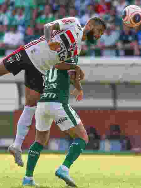 Lucas Lima disputa lance com Daniel Alves  - Marcello Zambrana/AGIF
