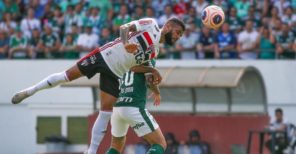 Lucas Lima disputa lance com Daniel Alves