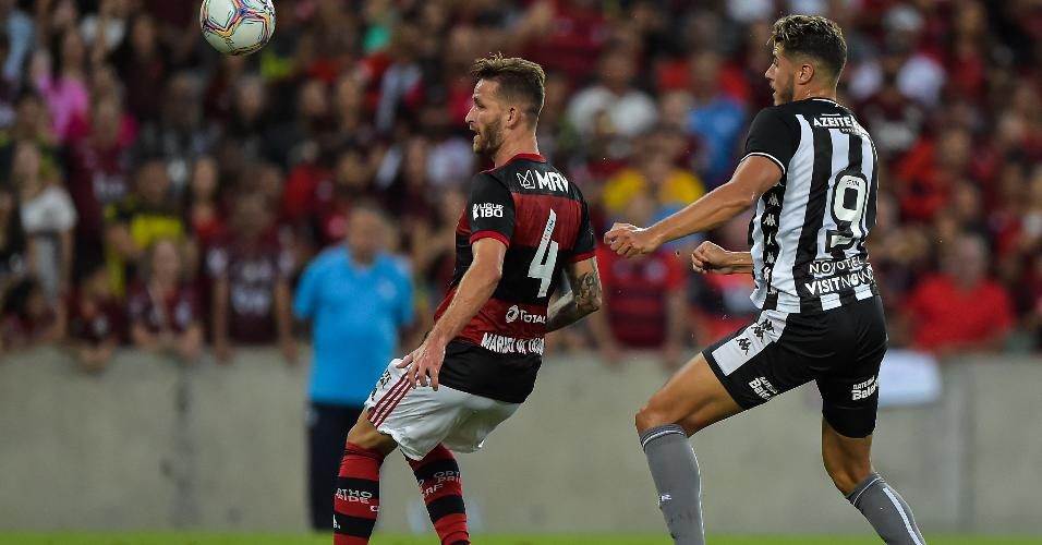 Leo Pereira disputa com Pedro Raul lance no duelo entre Flamengo x Botafogo
