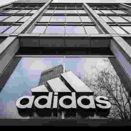 As marcas alemãs Adidas (foto) e Puma interromperão suas propagandas no Facebook e Instagram em julho - Odd ANDERSEN/AFP