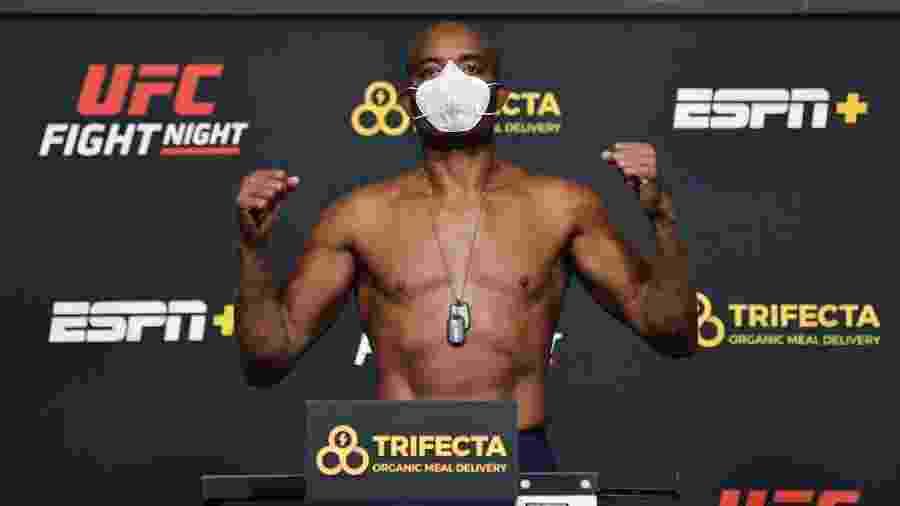 Anderson Silva durante a pesagem oficial da luta contra Urial Hall - Jeff Bottari/Getty Images
