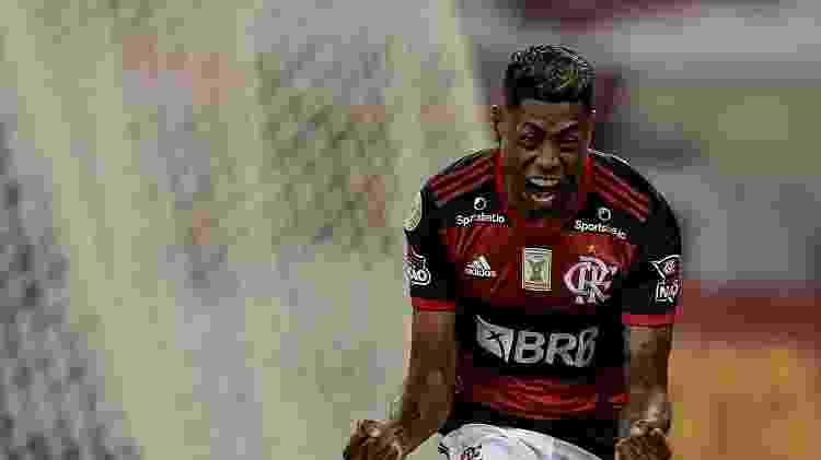 Bruno Henrique comemora gol pelo Flamengo contra o Coritiba, em jogo do Brasileirão - Thiago Ribeiro/AGIF - Thiago Ribeiro/AGIF