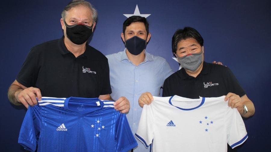 João Palomino, Edson Potsch (vice-presidente e superintendente de marketing do Cruzeiro) e Nilson Fujiwara (diretor de tecnologia da LiveSports) - Reprodução/Cruzeiro