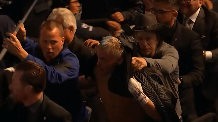 Julio César Chavez Jr. saiu escoltado da luta contra Daniel Jacobs - Reprodução - Reprodução