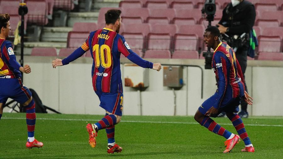 Messi e Dembélé comemoram o gol do Barcelona contra o Valladolid - ALBERT GEA/REUTERS