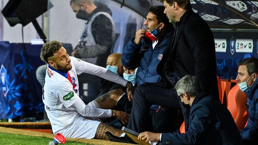 Neymar conversa com o técnico Mauricio Pochettino durante a partida entre Montpellier e PSG, pela Copa da França - AFP