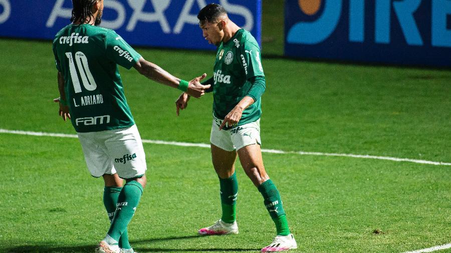 Rony, autor do gol do Palmeiras, comemora com Luiz Adriano  durante duelo com o Bragantino pelo Paulista - Diogo Reis/AGIF