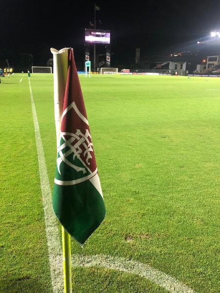 Fluminense fincou bandeira do clube em escanteios de São Januário e atitude gerou polêmica entre os vascaínos - Reprodução / Twitter do Fluminense