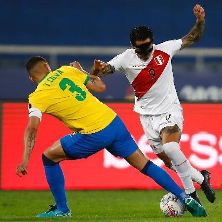 Thiago Silva tenta desarme sobre jogador do Peru em jogo do Brasil - Wagner Meier/Getty Images