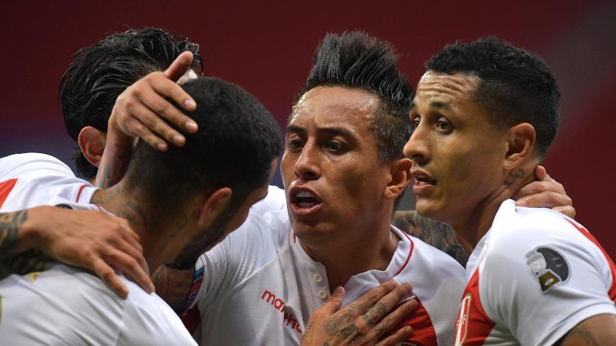 Jogadores do Peru comemoram gol marcador por Yotun, contra a Colômbia, na disputa do 3º lugar da Copa América - Pedro Vilela/Getty Images