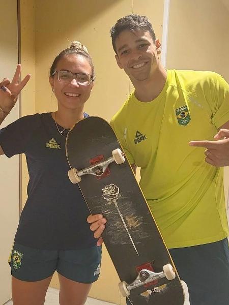 Pâmela Rosa presenteia Chico Barreto com skate usado nas Olimpíadas - Reprodução/Instagram