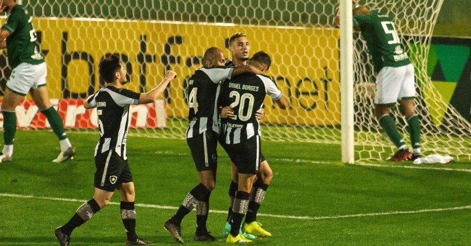 Jogadores do Botafogo comemoram primeiro gol contra o Guarani pela 19ª da Série B