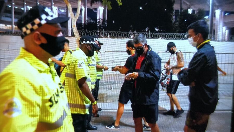 Torcedores do Flamengo mostram ingressos antes da entrada no Maracanã - Ricardo Borges/UOL