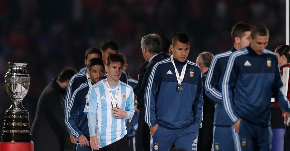 Jogadores da Argentina passam pela taça da Copa América depois de receberem a medalha de vice-campeão