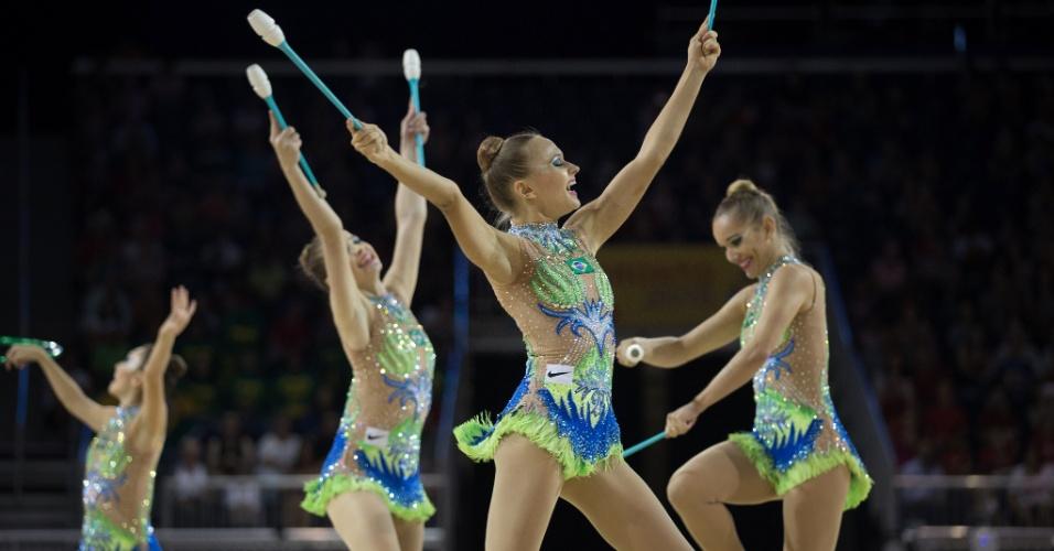 Equipe brasileira se apresenta na final com arcos e maças da ginástica rítmica