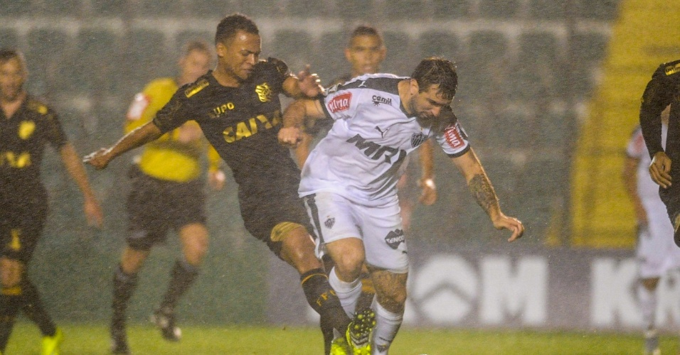 c17018bdf5 Lucas Pratto disputa bola na partida do Atlético-MG contra o Figueirense na  Copa do