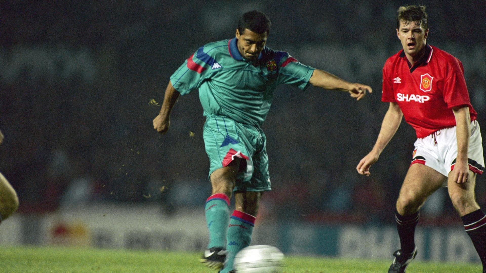 Romário em duelo pelo Barcelona contra o Manchester United, em outubro de 1994
