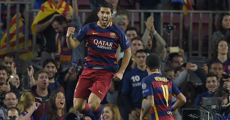 Luis Suárez, observado por Neymar, salta para comemorar seu gol de bico contra o BATE Borisov