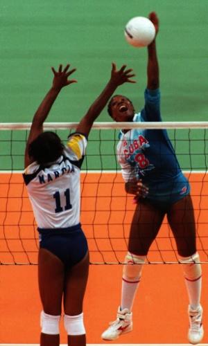 Márcia tenta bloquear ataque da jogadora de Cuba na partida válida pelos Jogos Olímpicos de Atlanta