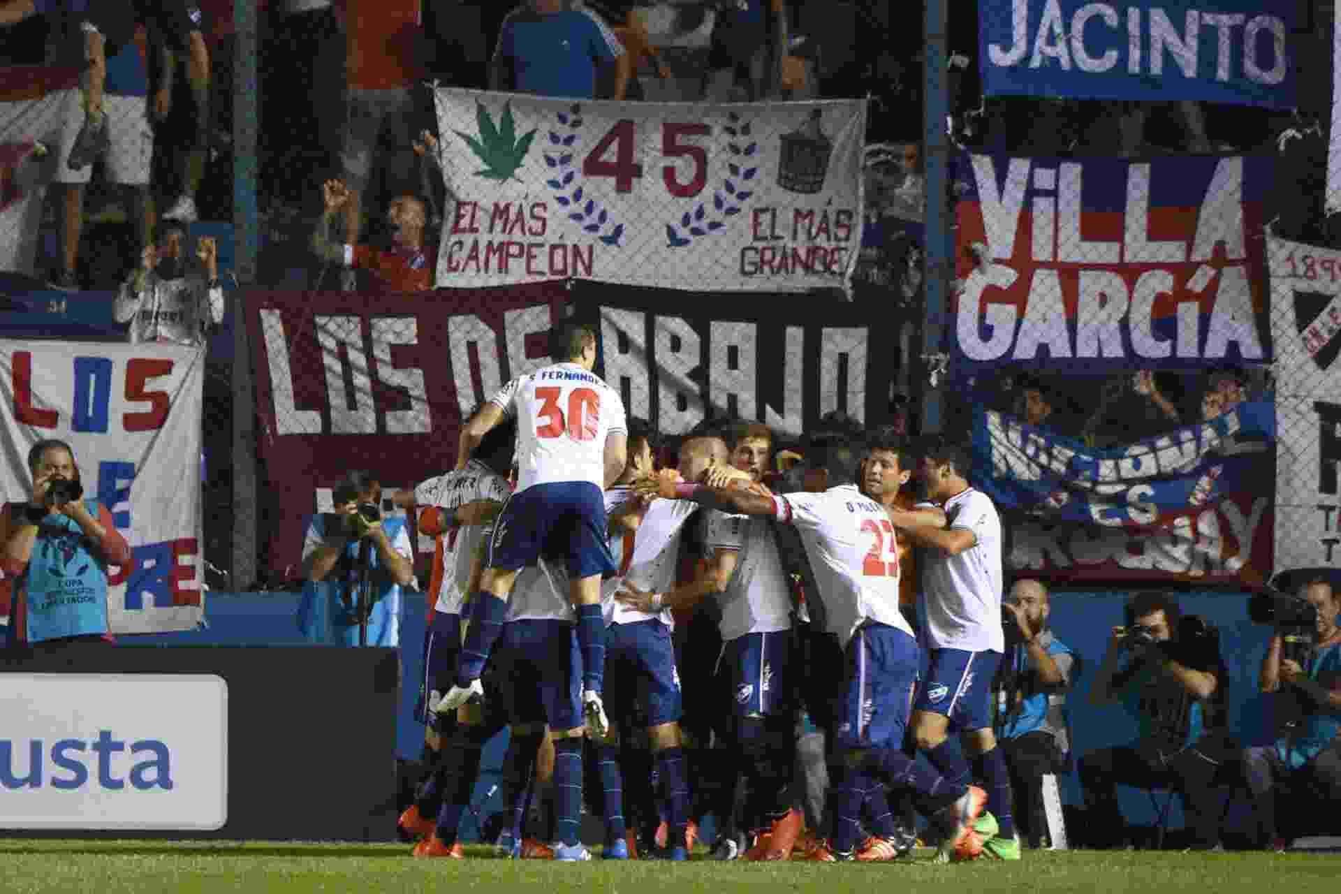 Jogadores do Nacional-URU comemoram gol marcado contra o Palmeiras, pela Libertadores - PABLO PORCIUNCULA/AFP