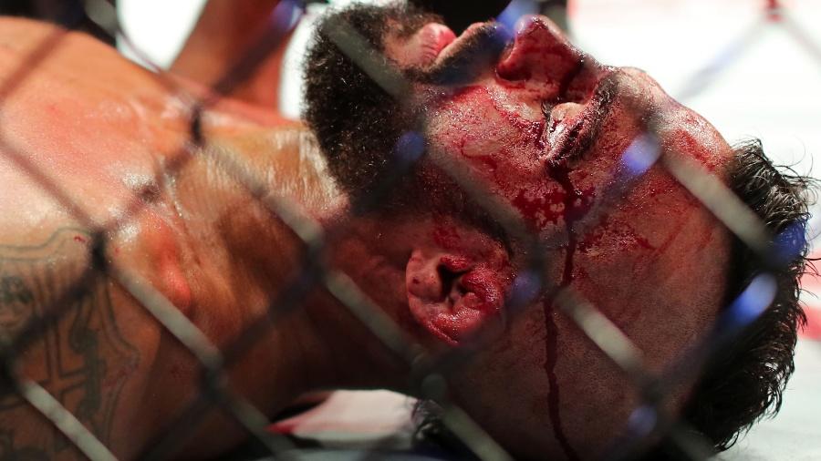 Vitor Belfort fica no chão após ser nocauteado por Ronaldo Jacaré no UFC 198 - Heuler Andrey/UOL