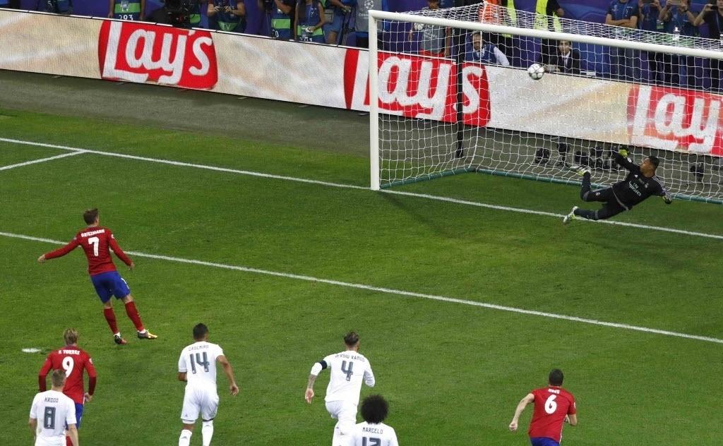 Griezmann pega embaixo da bola, chuta no travessão do Real Madrid e desperdiça pênalti para o Atlético de Madri na final da Liga dos Campeões
