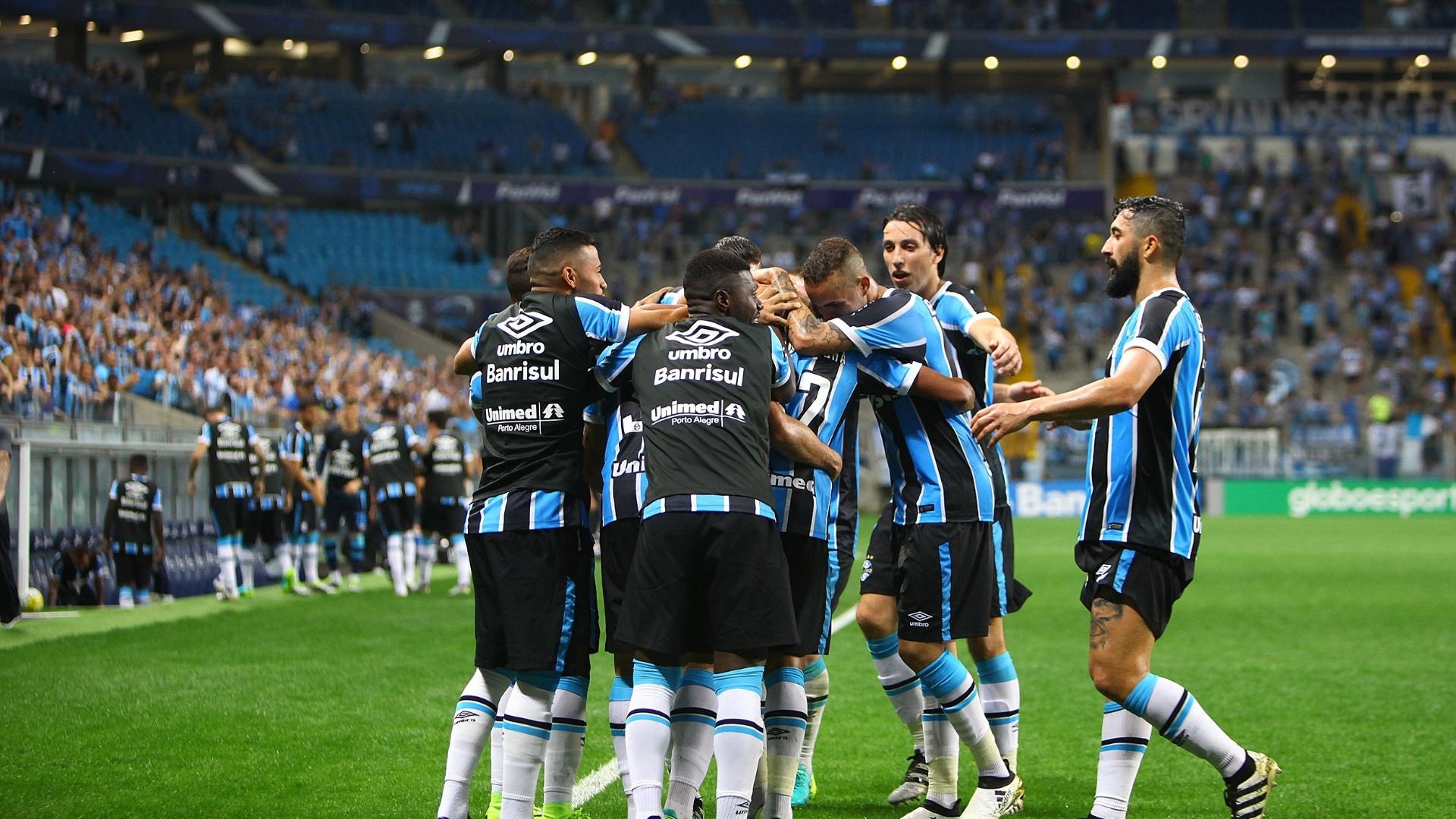 Jogadores do Grêmio comemoram gol de Pedro Rocha diante do Atlético-PR