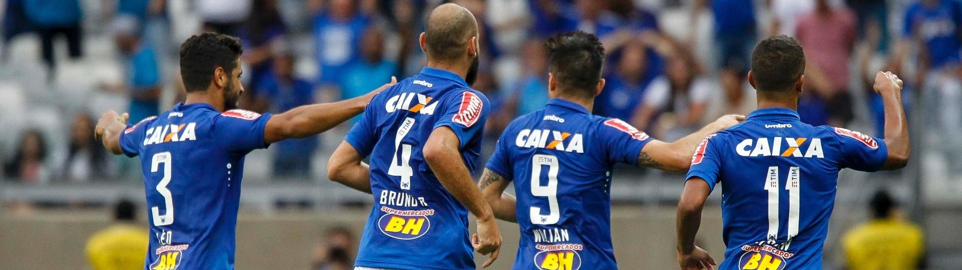 Jogadores do Cruzeiro comemoram gol diante do Fluminense