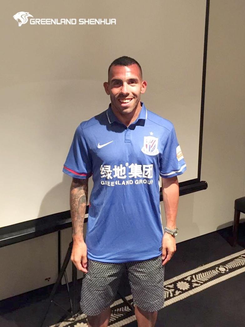 Tevez chega ao Shanghai Shenhua e posa com a camisa do clube