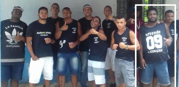 Diego (em destaque, à direita) posa para foto com membros de organizada do Botafogo