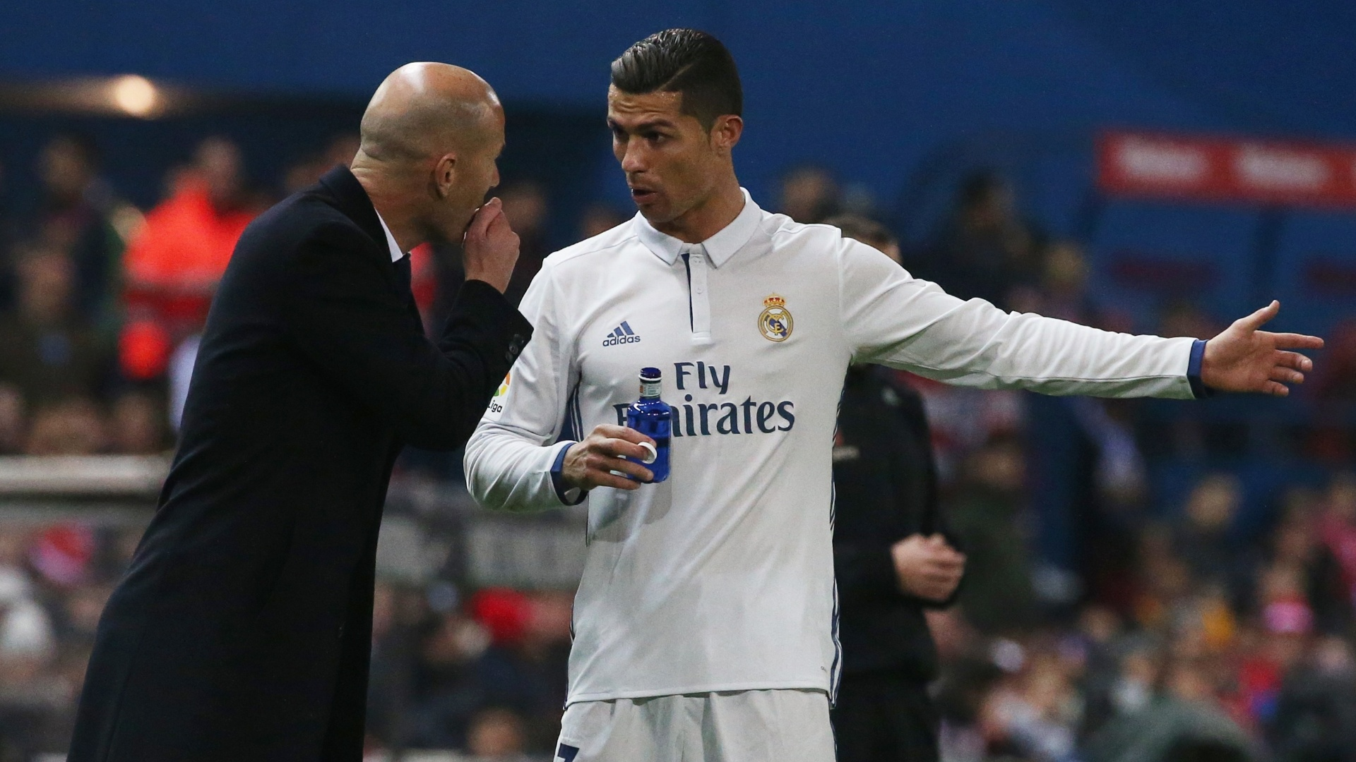 Cristiano Ronaldo conversa com Zidane, técnico do Real Madrid, durante uma partida do Campeonato Espanhol