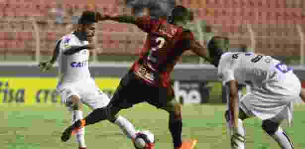 Thiago Maia tenta armar jogada para o Santos no duelo contra o Ituano - LUCIANO CLAUDINO/CÓDIGO19/ESTADÃO CONTEÚDO - LUCIANO CLAUDINO/CÓDIGO19/ESTADÃO CONTEÚDO