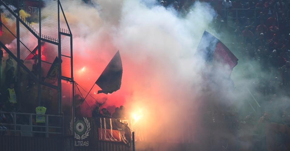 Torcedores da Albânia acendem sinalizadores durante partida contra a Itália