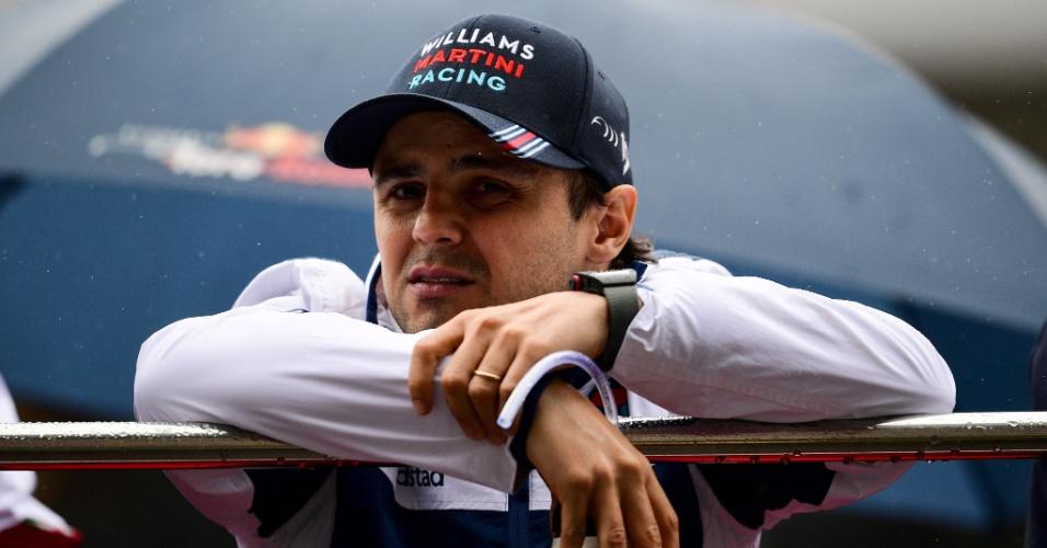 Felipe Massa, da Williams, observa a movimentação no paddock do GP da China
