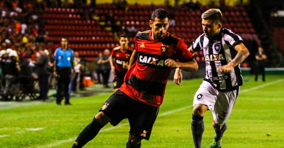 Diego Souza, do Sport, é marcado de perto por Victor Luis, do Botafogo