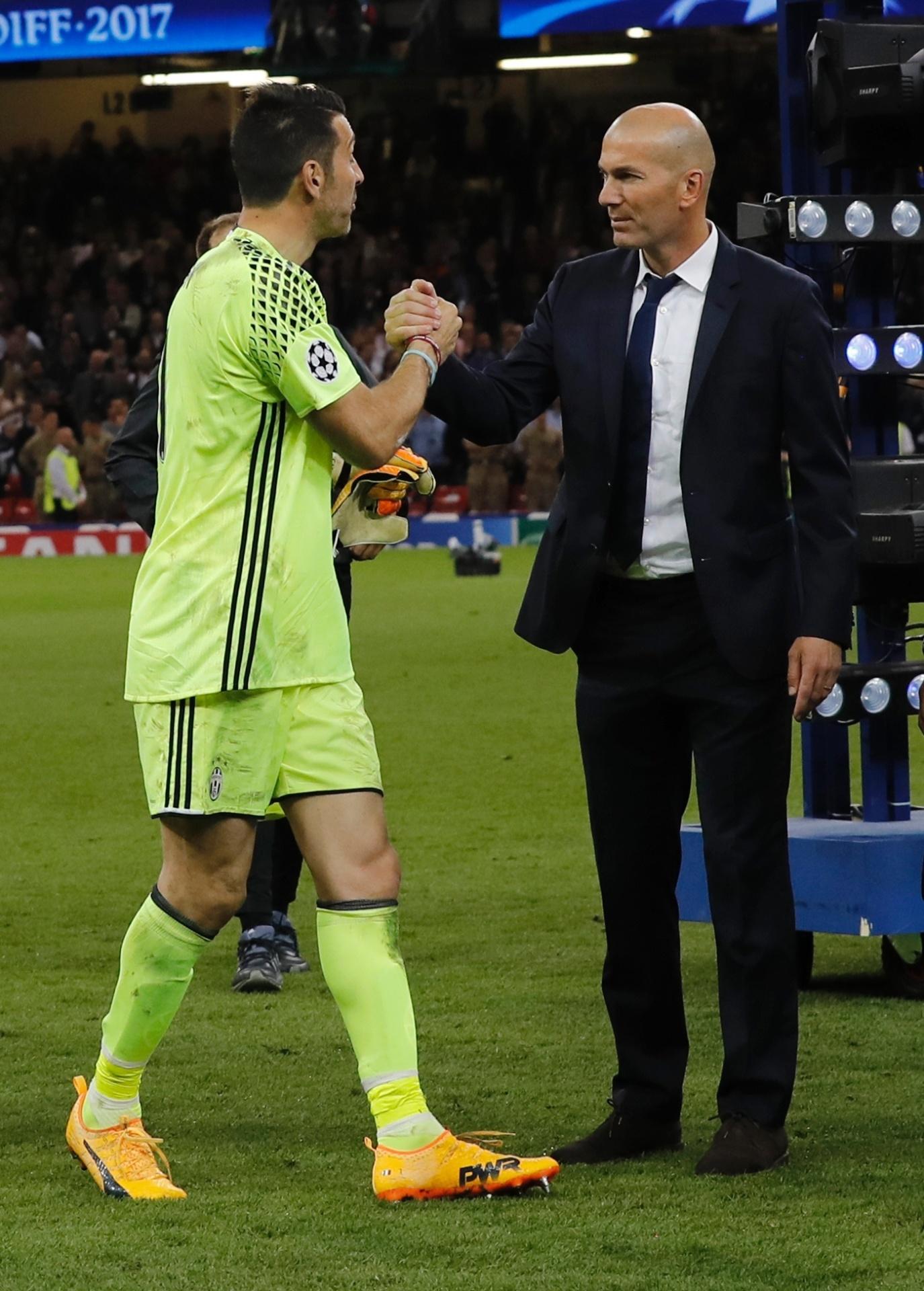 Buffon recebe os cumprimentos de Zidane