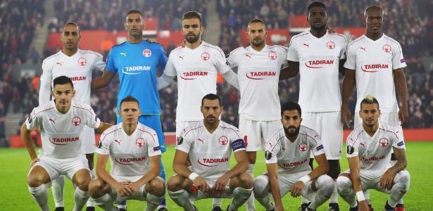 Jogadores do Hapoel antes de duelo contra o Southampton (ING), pela Liga Europa