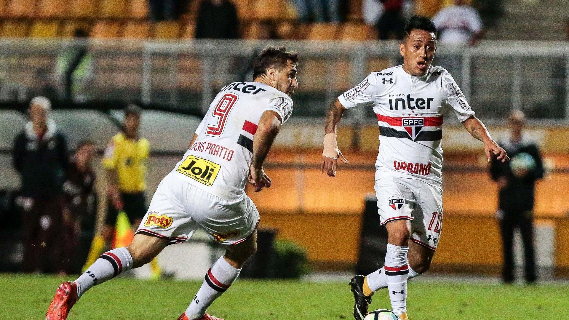 Pratto e Cueva em ação pelo São Paulo na partida contra o Atlético-PR