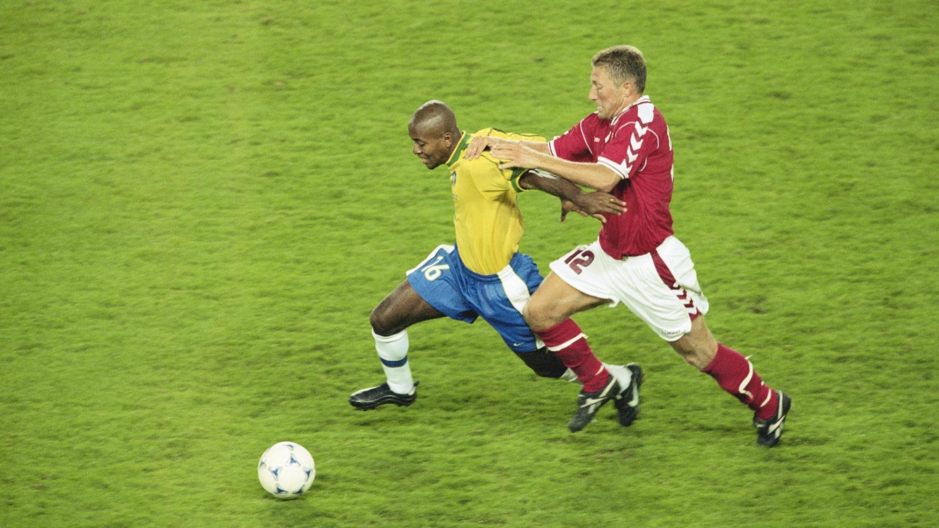 Zé Roberto em ação contra a Dinamarca na Copa do Mundo de 1998, na França