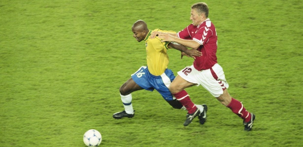 Zé Roberto, aos 23 anos, em ação contra a Dinamarca na Copa do Mundo de 1998